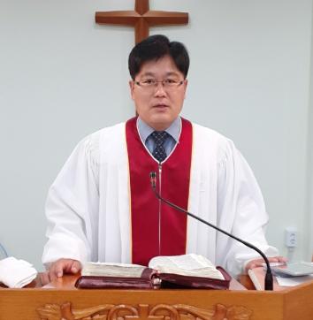 참빛교회 신경식 목사.PNG